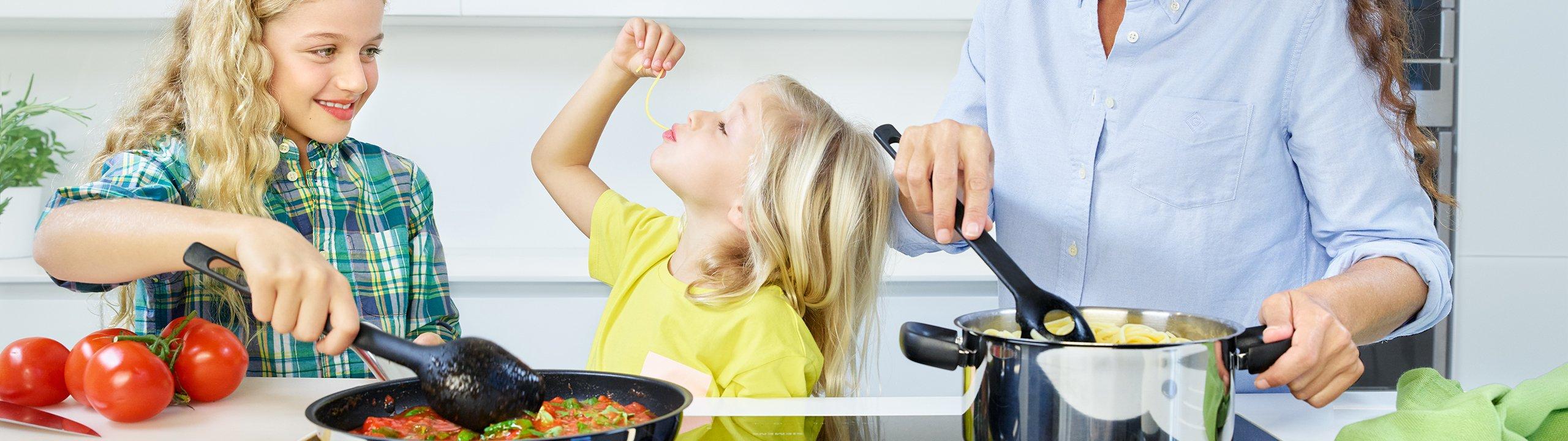 8bb77a2786a2 Din familie og Fiskars  køkkenudstyr.
